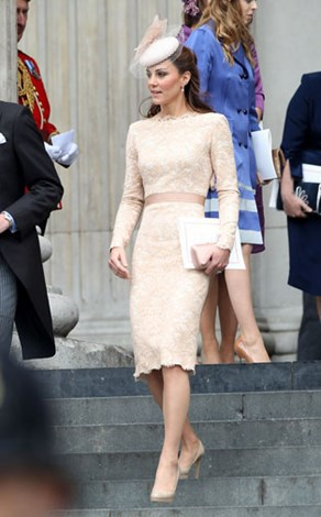 016-Duchess-Catherine-arrives-wearing-her-Alexander-McQueen-Champagne-Lace-Dress