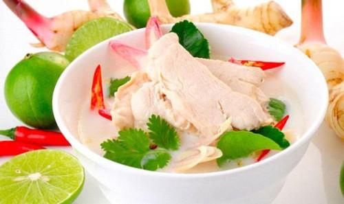 Tradiční thajská polévka Tom Kha Kai