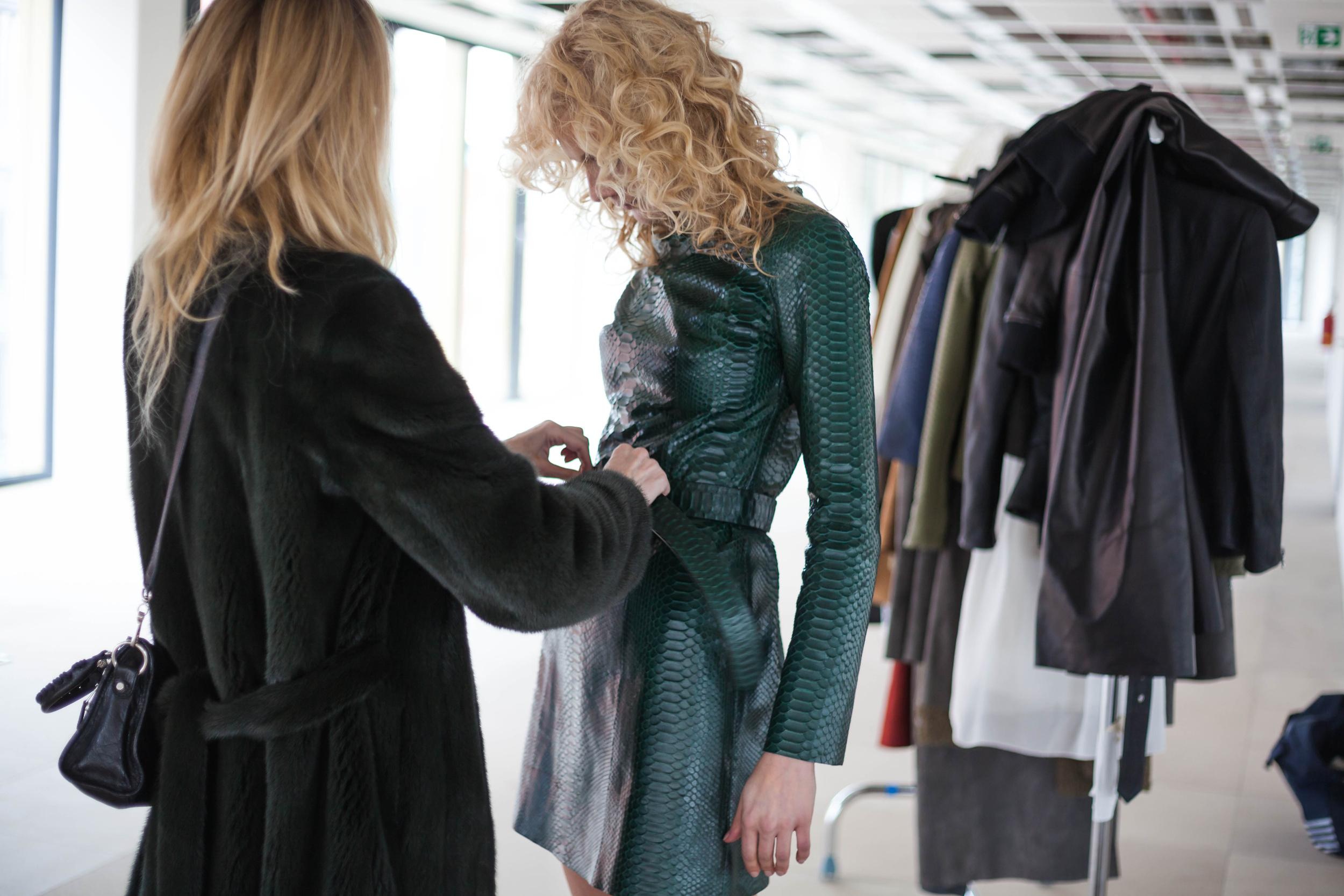 14 Backstage_ návrhářka Ivana Mentlová a modelka Zuzana Stráská_foto Mia Mirrelli