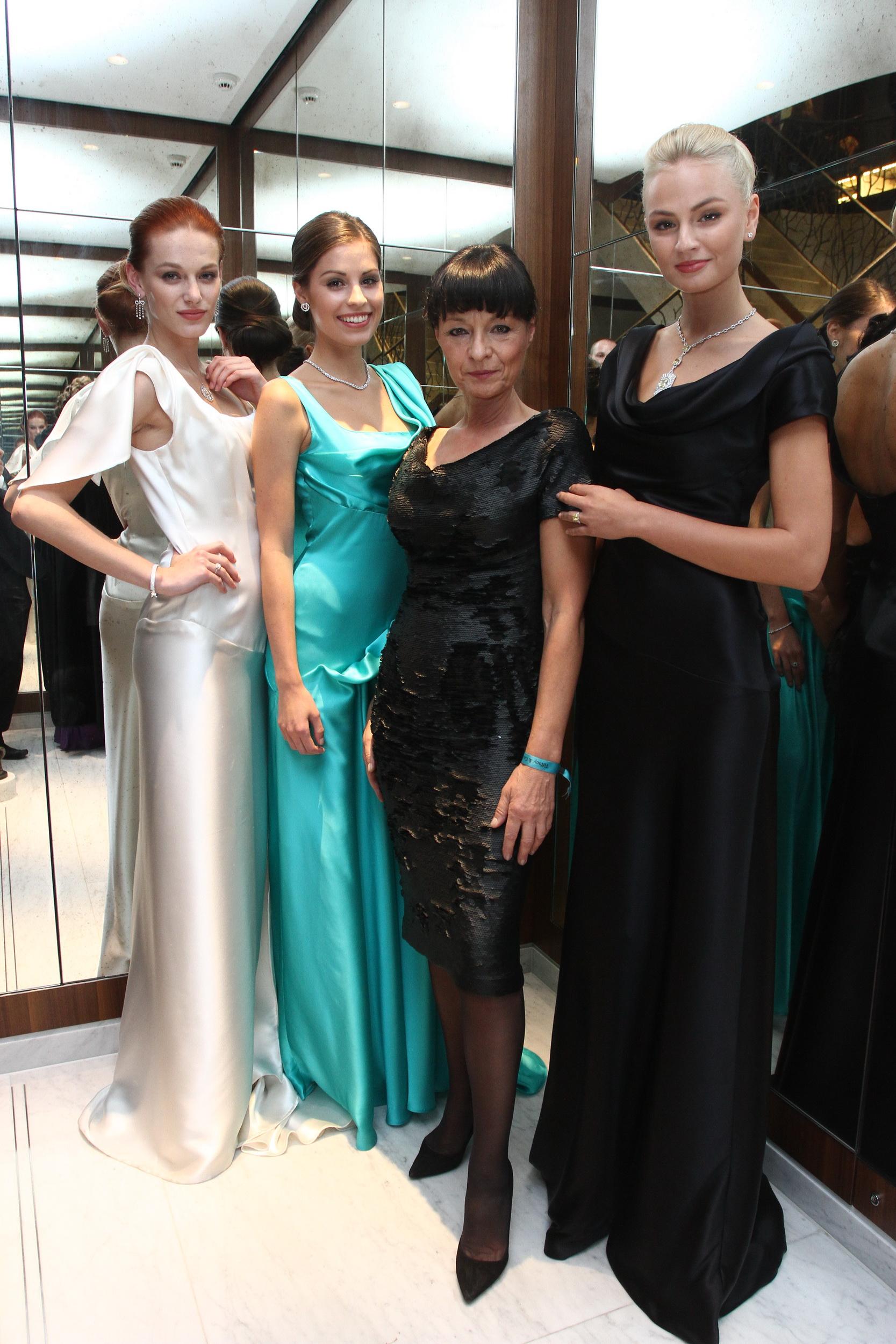Liběna Rochová obklopena svými modely