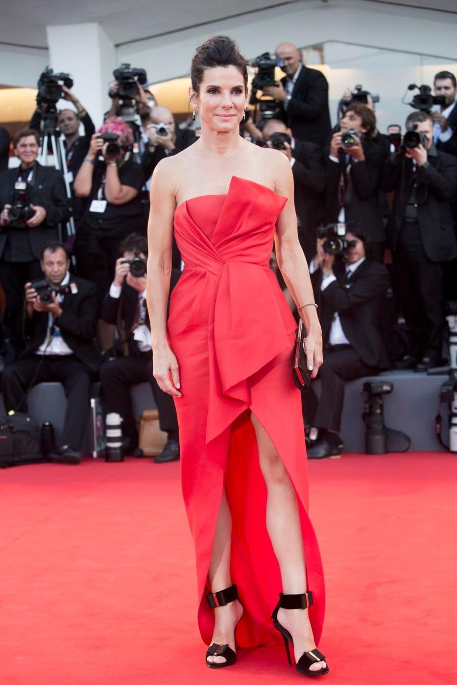 Sandra Bullock v šatech J. Mendel