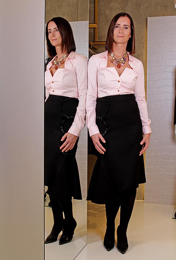 Martina Ledlová, store manager. Martina má na sobě: sukně Tsumori Chisato, halenka Vivienne Westwood, náhrdelník Appartement a louer, lodičky Atelier Mercadal