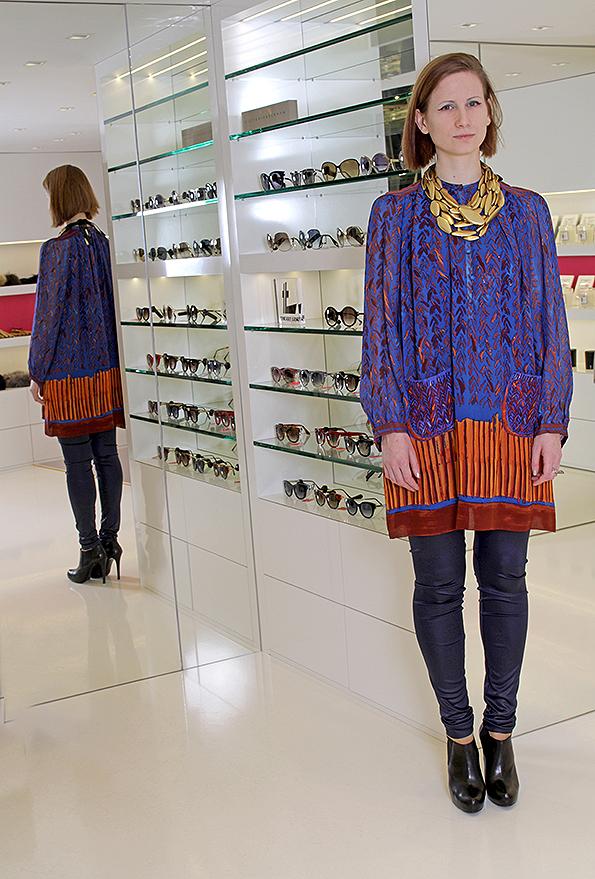 Hana Frišonsová - shop assistant a visual merchandiser. Hana má na sobě: legíny Ilaria Nistri, tunika Tsumori Chisato, náhrdelník Monies, boty Atelier Mercadal