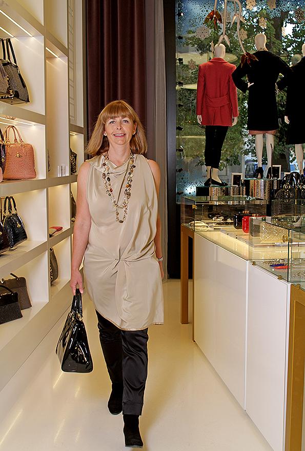Jana Procházková - majitelka butiku. Jana má na sobě: Šaty jako tunika Jean Paul Knott, kalhoty Vivienne Westwood, náhrdelník Appartement a louer, kabelka Lulu Guinness
