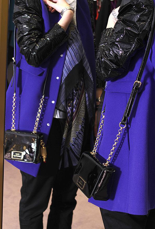 Veronika Miškovská - marketing & PR manager. Veronika má na sobě: Košile Tsumori Chisato, kabát RDM by Rue du Mail, šátek Jean Jacques Rogers, boty Mellow Yellow, kalhoty Zuzana Veselá, kabelka Lulu Guinness