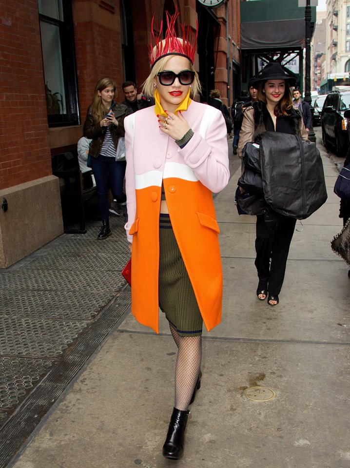 Rita Ora v kabatku Prada