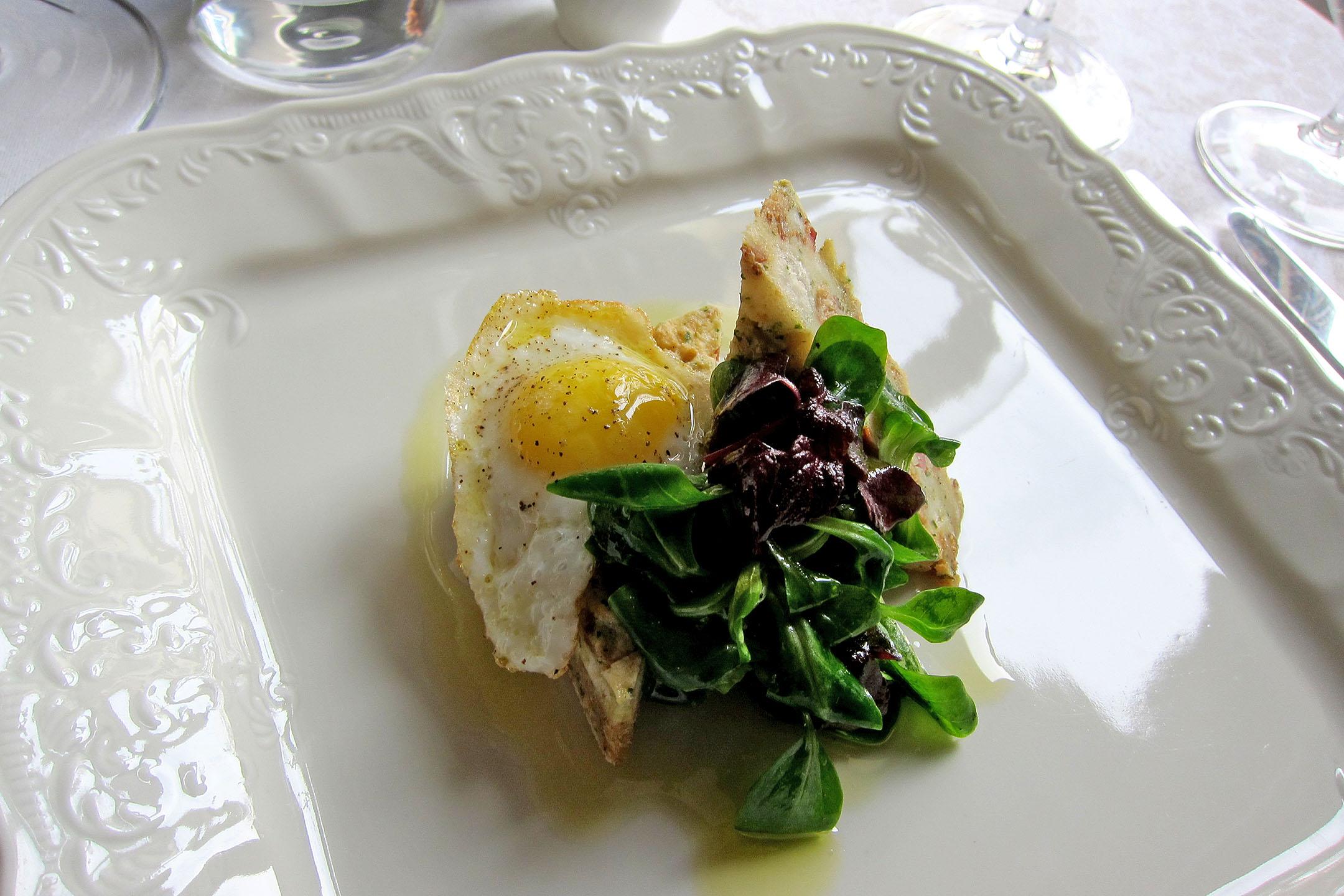 Velikonoční předkrm Kopřivová nádivka s voňavým domácím uzeným masem, polníčkovým salátem a křepelčím vajíčkem
