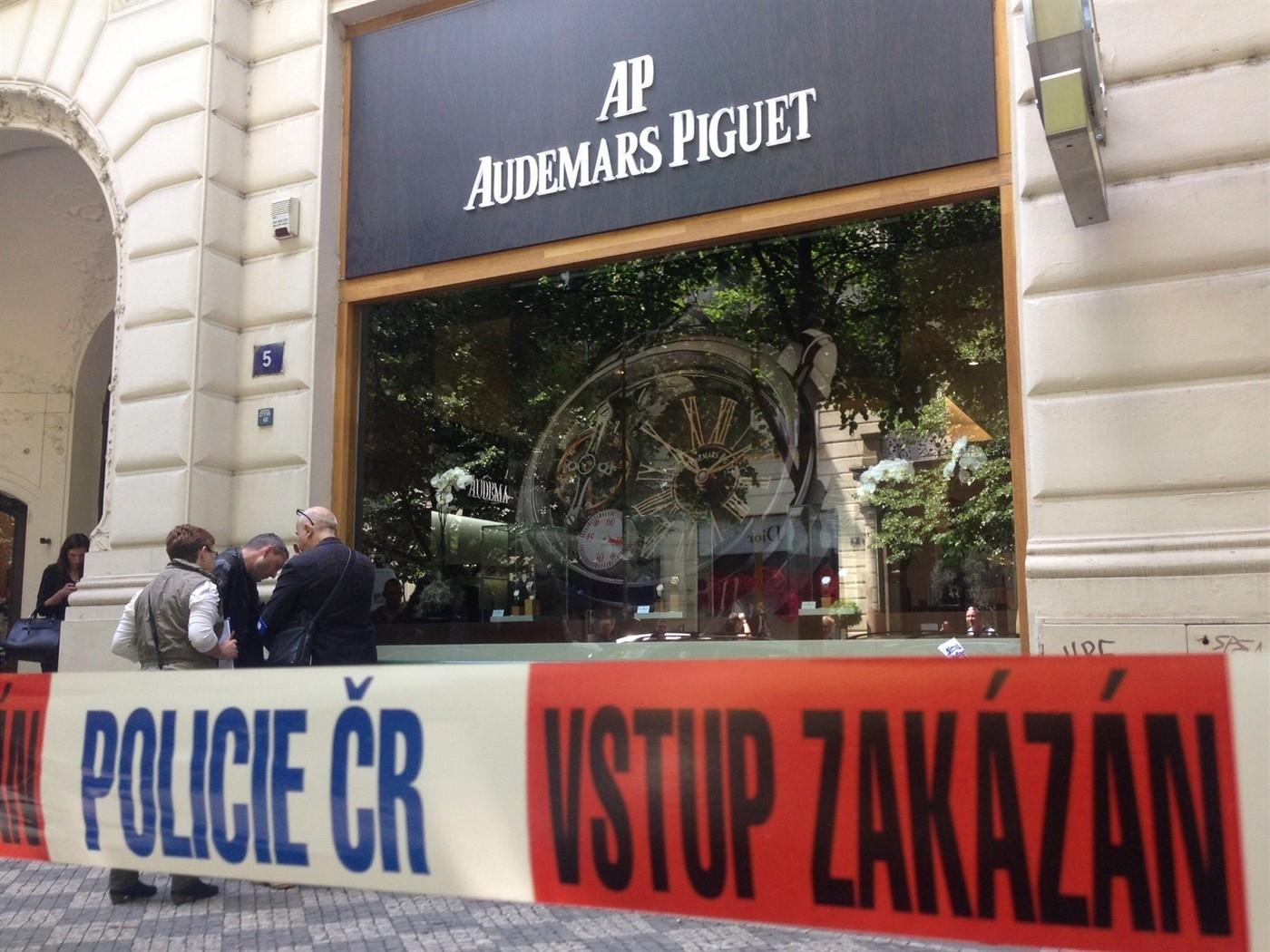 Tři rusky hovořící muži přepadli klenotnictví v Pařížské ulici v Praze a odnesli hodinky za miliony (19.5.2014);Audemars Piguet hodinky, přepadení (19