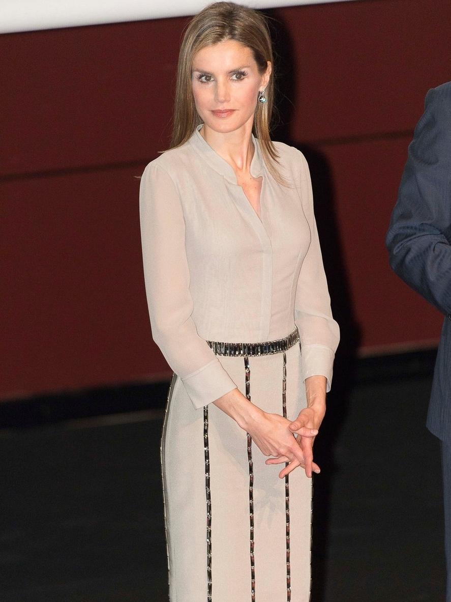 Princess Letizia delivers national fashion awards