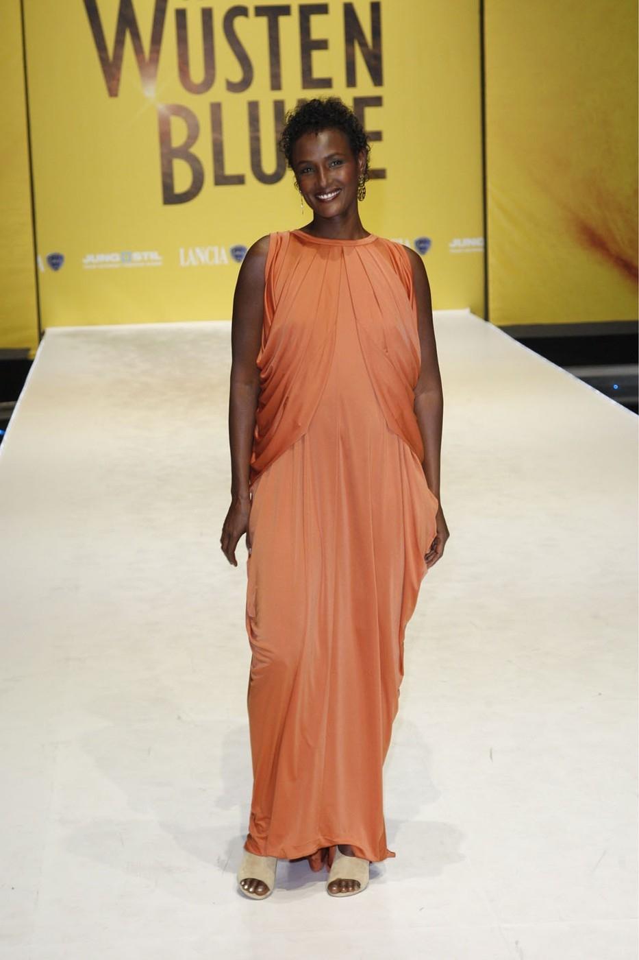 """Dirie, Waris, * 1965, Somalian fashion model and writer, full length, during German film premiere of """"Desert Flower"""", Cinestar B"""