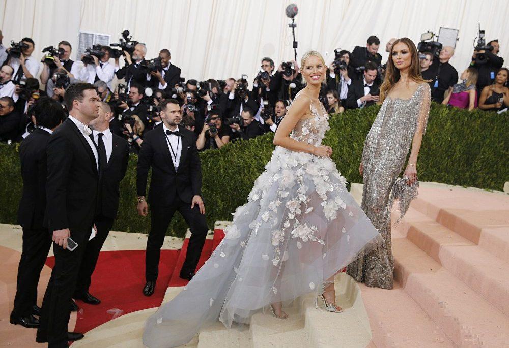 Kteří návrháři oblékli českou topmodelku Karolínu Kurkovou v minulosti pro ples Met Gala?