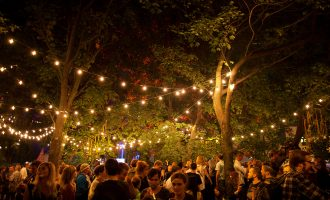 Tipy na stylové letní festivaly bez bláta a stanu