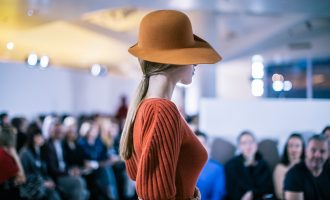 Klobouky vrací na výsluní i čeští designéři