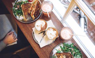 Je mileniálům co závidět? Ztracená generace avokádových toastů a drahého kafe