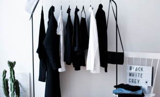 Minimalistický šatník: Jak ho zvládnout, když milujete trendy a neradi něco vyhazujete?