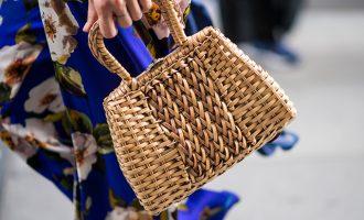 Jak nosit ty nejvíce trendy kabelky léta, košíky? Jak jen chcete!