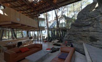 Dům s absolutním respektem k přírodě. Uprostřed obýváku má skálu!
