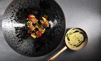 Celerová polévka s petrželovým olejem, úhořem a malinami