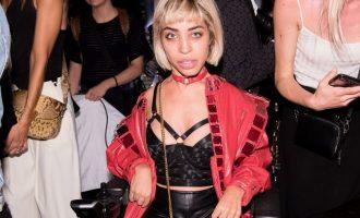Handicapovaná modelka na svém vozíku dobývá svět