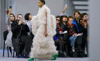 Podzimní móda jako kabaret. Bez peří, bambulí a umělých kožešin se neobejdete!