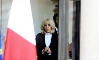 Kdo je muž, který stojí za šatníkem první dámy Francie?