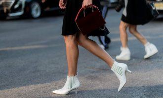 Bílé kozačky: Když se původně nestylové boty stanou trendem