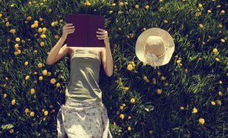 Letní čtení: Co si sbalit nejen k vodě?