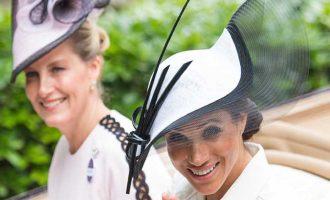 Jaké outfity si Meghan Markle oblékla před a po královské svatbě?