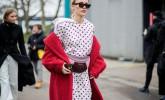 Trend alert: Outfity s červenou ledvinkou v hlavní roli