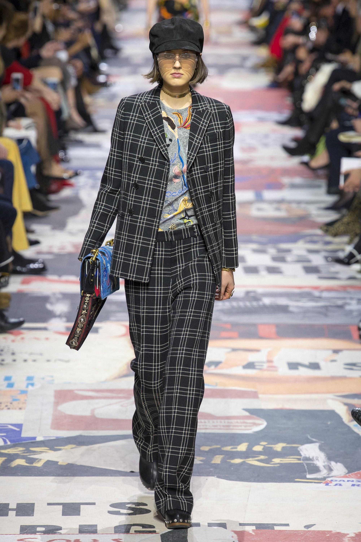 b6a939c75107 Pro letošní podzim se v kolekci francouzského módního domu objevily  kostkované blejzry s oversize kalhotami